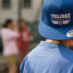 Trojské gymnázium, student v brandovém oblečení