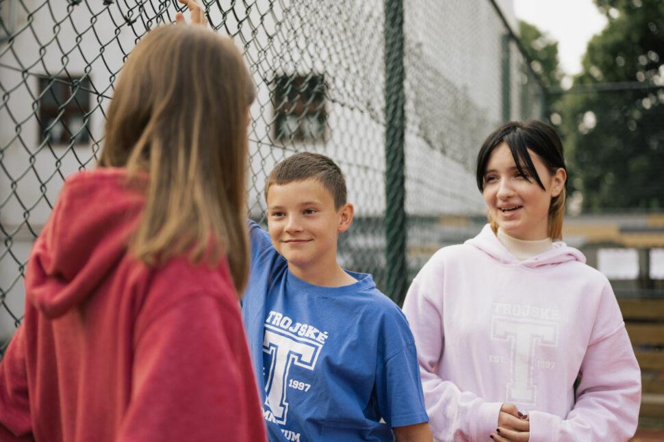 školní hřiště, tělesná výchova, studenti TG, komunikace