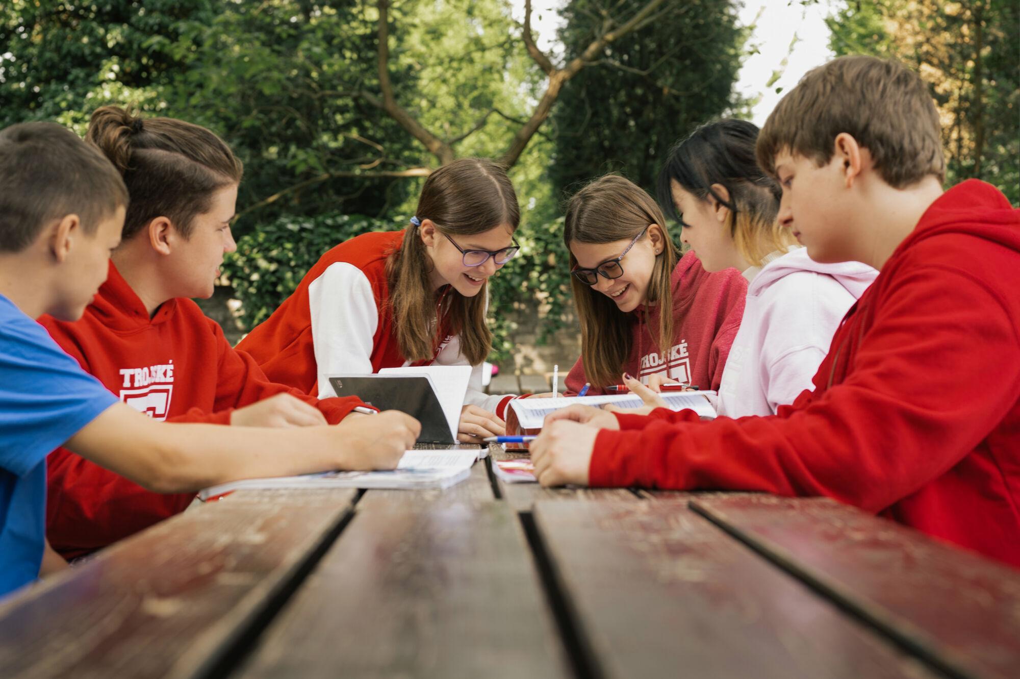 studenti TG ve venkovních prostorách školy při výuce