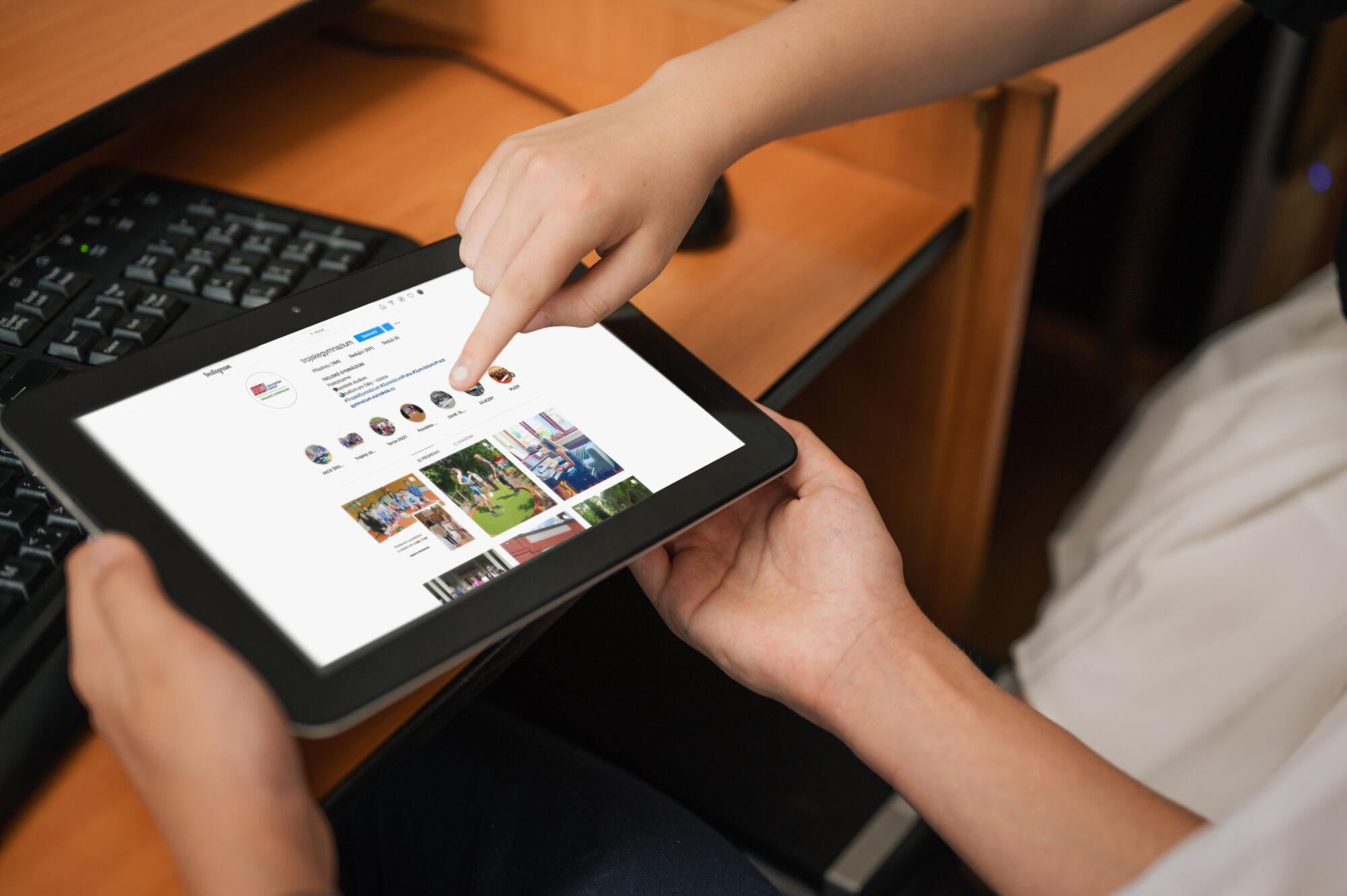 studenti Trojského gymnázia při hodin IVT, počítačová učebna, vybavení školy, instagram Trojského gymnázia