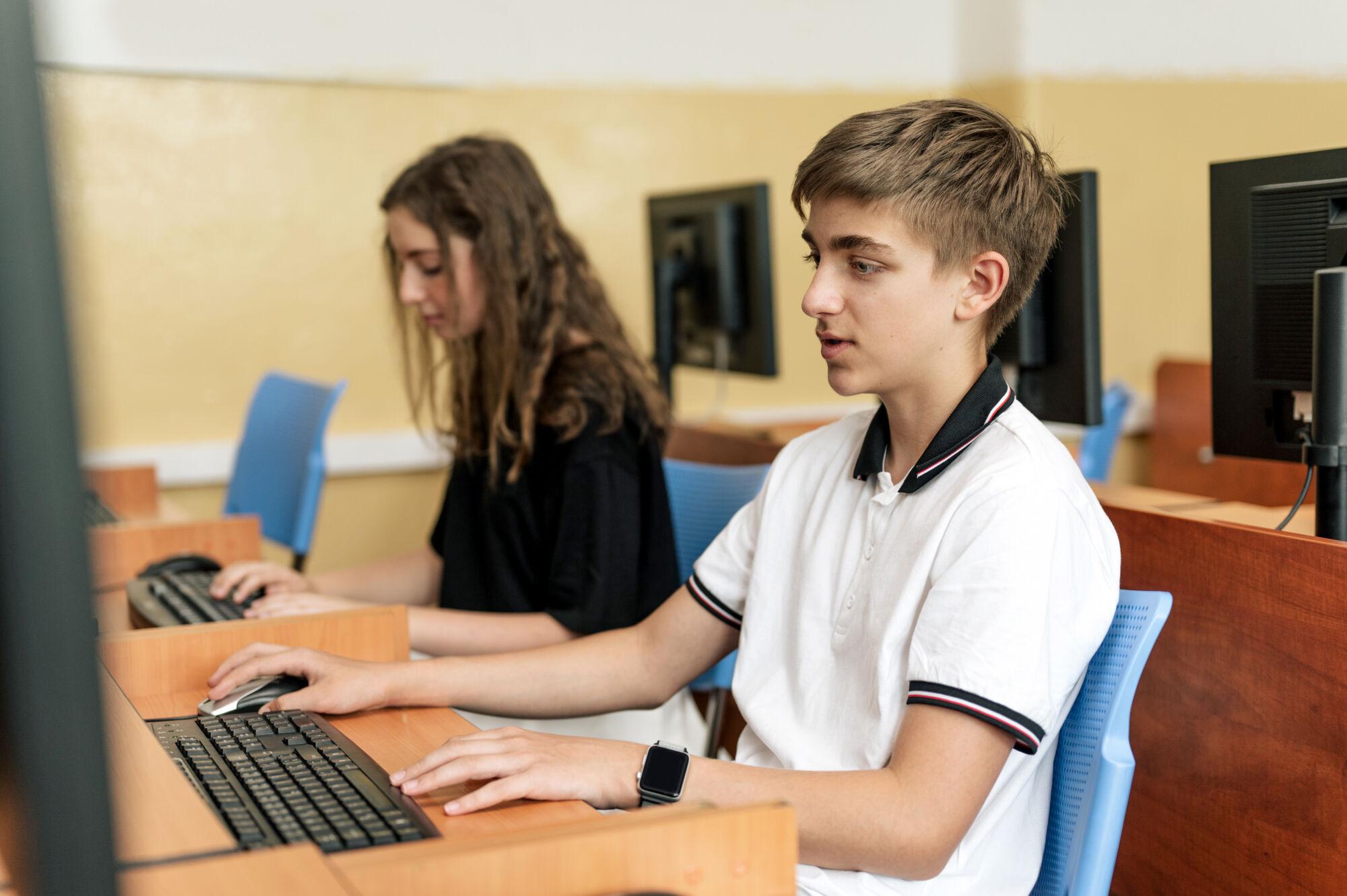 studenti Trojského gymnázia při hodin IVT, počítačová učebna, vybavení školy