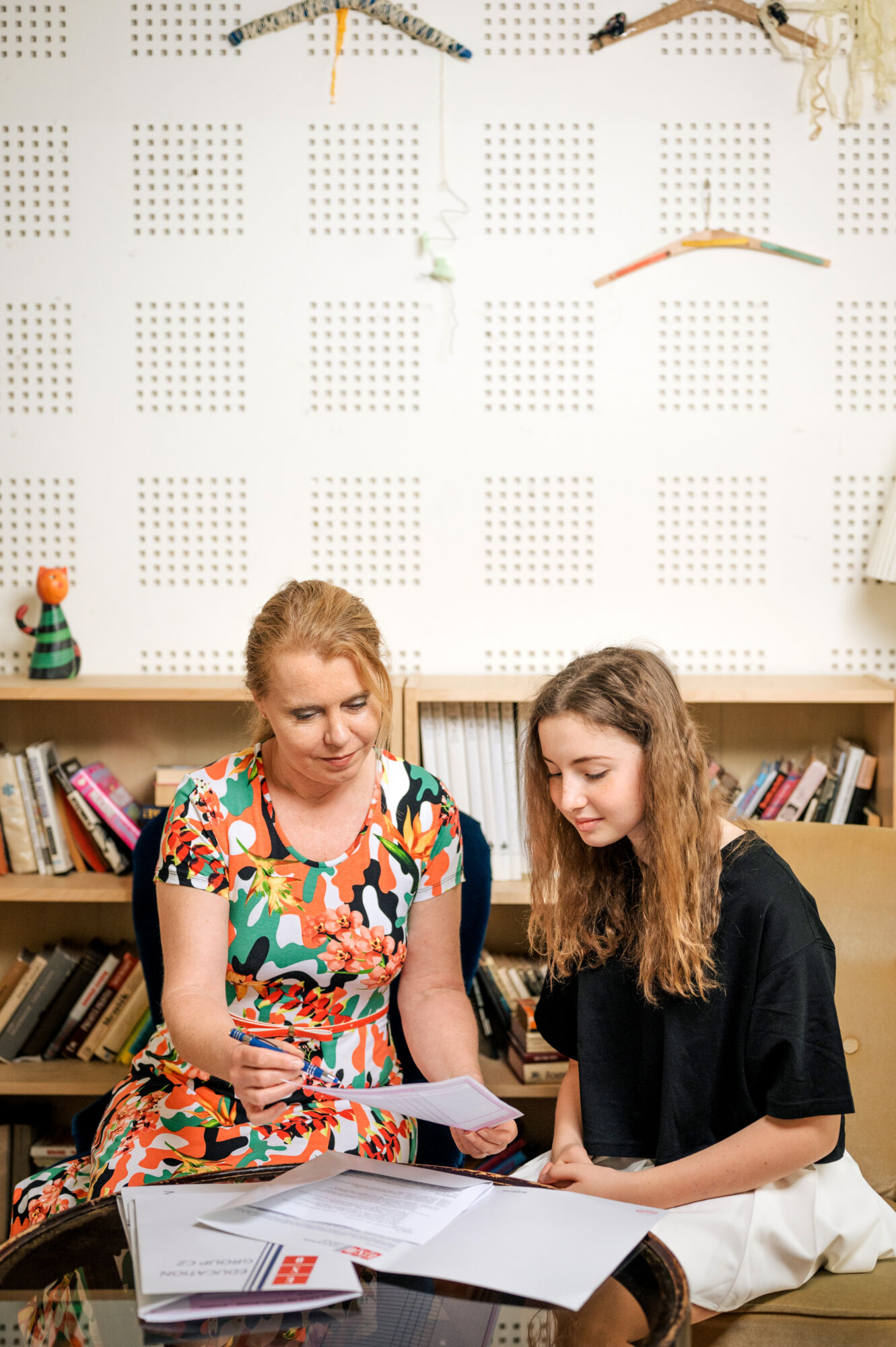 asistentka ředitele Trosjkého gymnázia vysvětlující, jak vyplnit přihlášku ke studiu