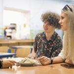školní jídelna, studenti Trojského gymnázia na obědě, komunikace