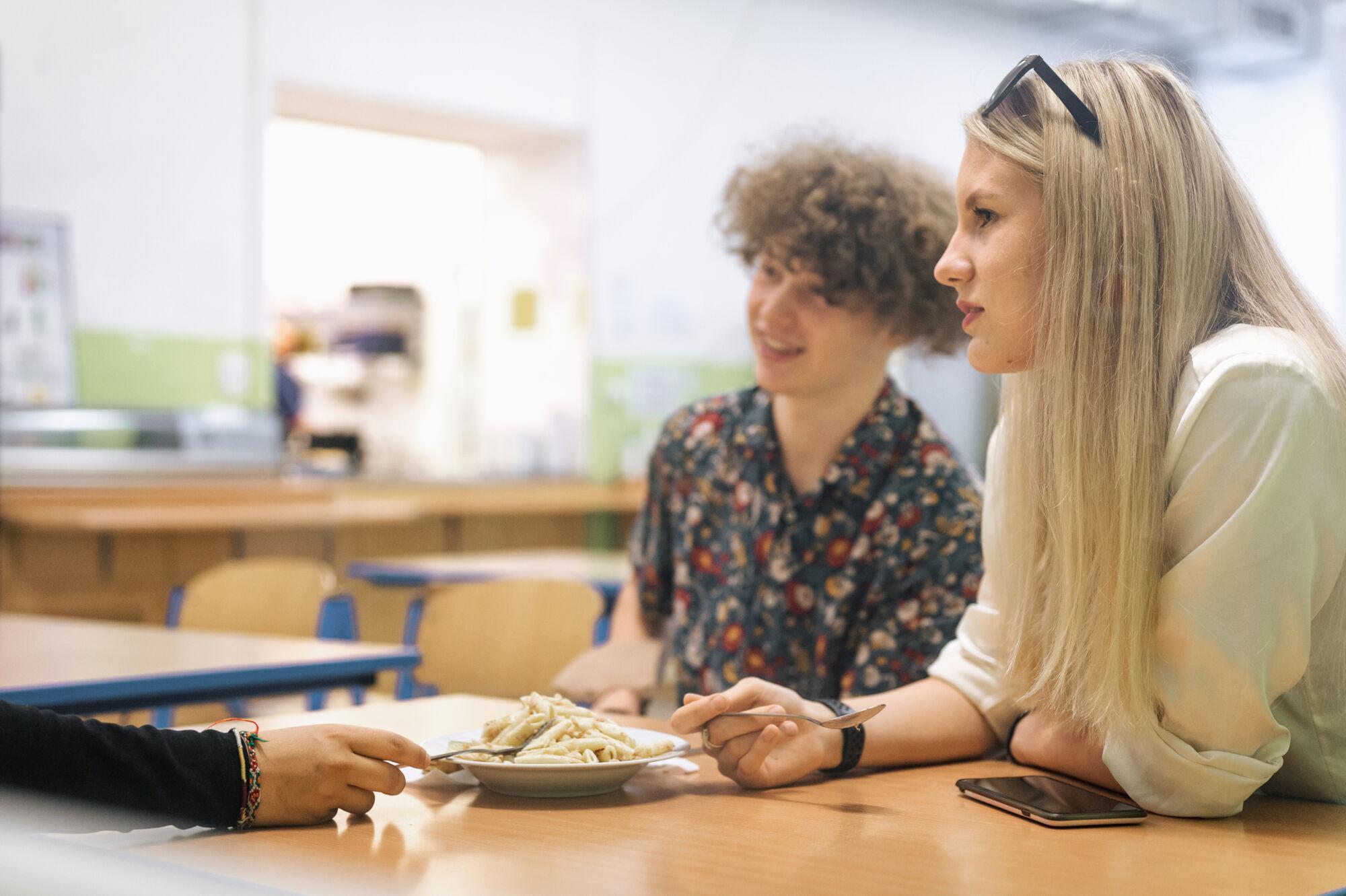 školní jídelna, studenti Trojského gymnázia naobědě, komunikace
