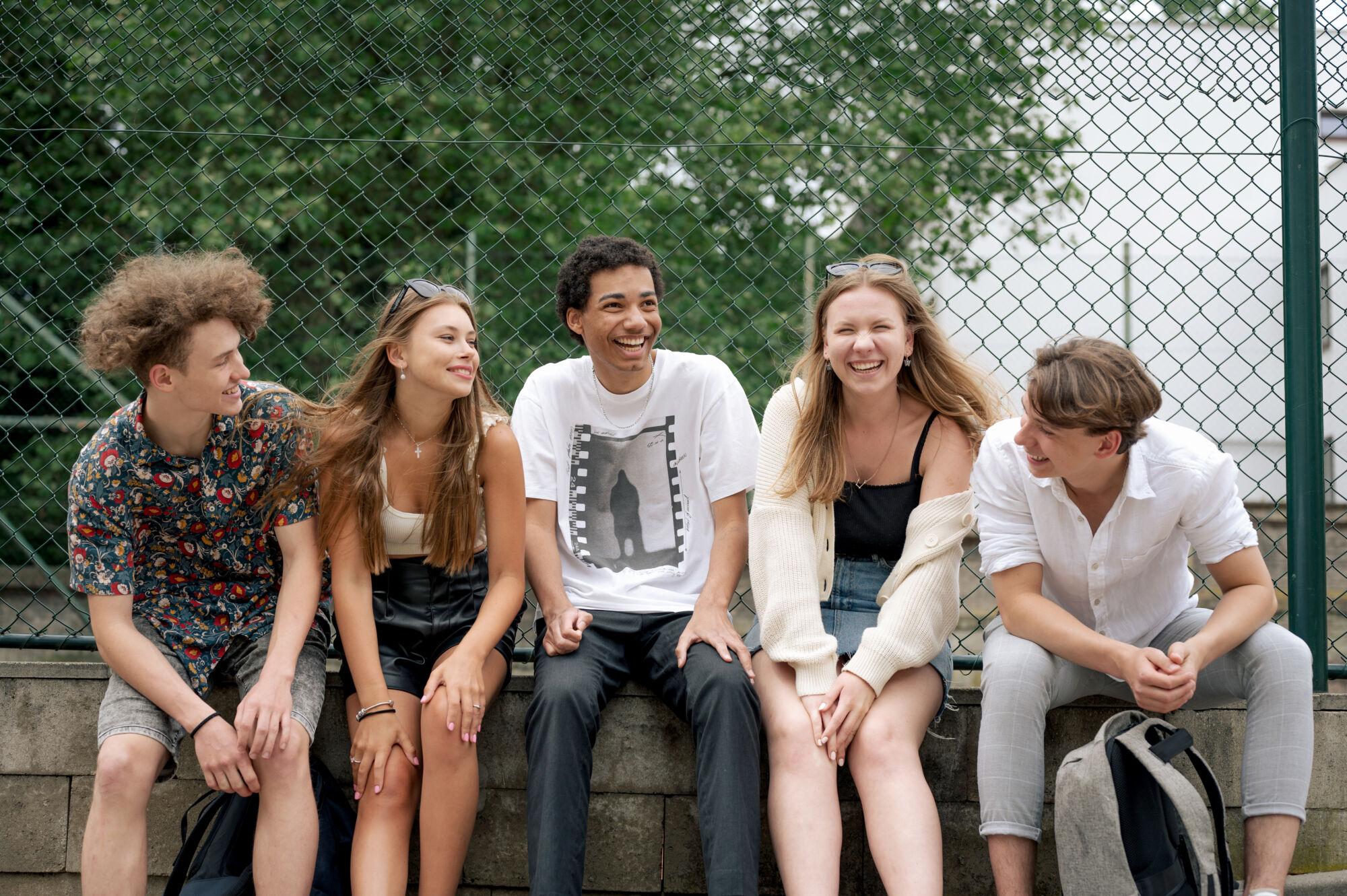 studenti Trojského gymnázia, skupinové foto před školou, škola hrou