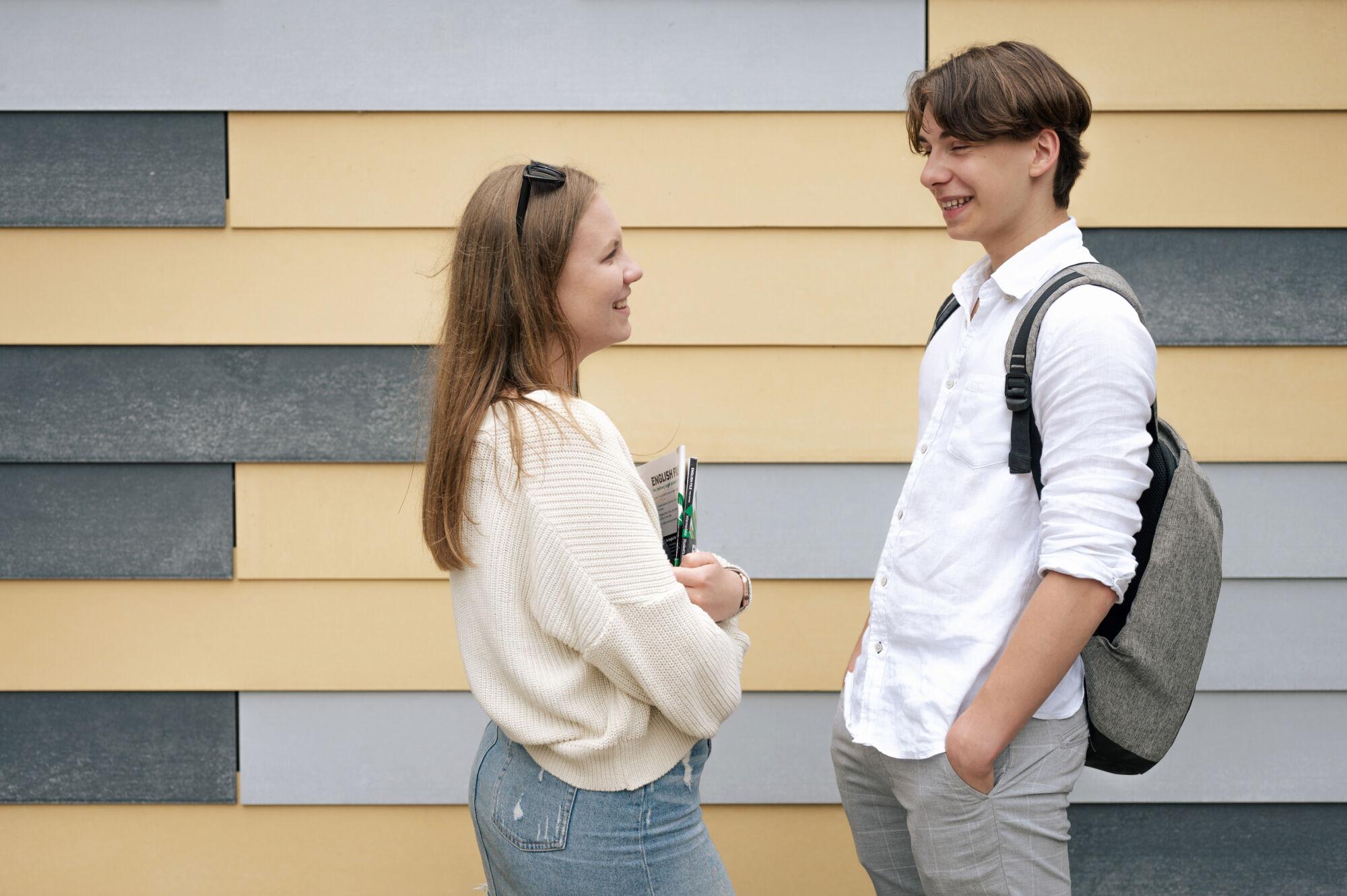 Studenti Trojského gymnázia, komunikace před školou